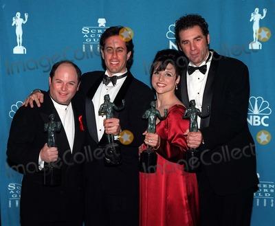 Jerry Seinfeld Photo - 22FEB97 Seinfeld stars JASON ALEXANDER (left) JERRY SEINFELD JULIA LOUIS DREYFUS  MICHAEL RICHARDS with their Screen Actors Guild Awards  for Comedy TV Series Ensemble     Pix PAUL SMITH