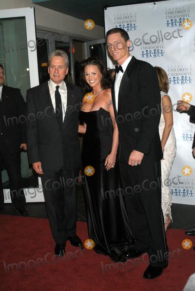 Kris Benson Photo - New York November 22 2004 Michael Douglas with Anna and Kris Benson at Children at Heart Gala