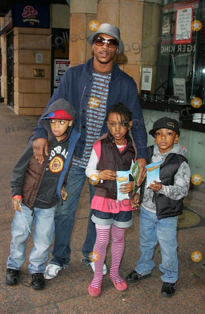 Asher D Photo - London UK UK rapper  and actor Ashley Walters (Asher D) with family at the VIP screening of the cartoon Horton Hears a Who  Vue West End London2nd March 2008 Keith MayhewLandmark Media