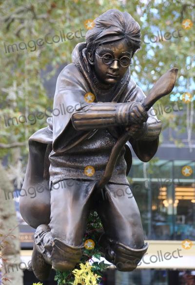 Photo - Harry Potter Quidditch statue