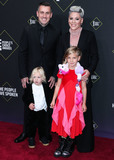 Carey Hart Photo - SANTA MONICA LOS ANGELES CALIFORNIA USA - NOVEMBER 10 Carey Hart Jameson Moon Hart Pnk (Pink) and Willow Sage Hart arrive at the 2019 E Peoples Choice Awards held at Barker Hangar on November 10 2019 in Santa Monica Los Angeles California United States (Photo by Xavier CollinImage Press Agency)